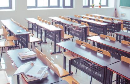 Strany navrhujú vyššie platy učiteľov a otvorený trh s učebnicami