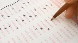 Francúzske maturitné skúšky postihol únik zadaní i protesty učiteľov