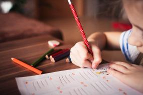 Učiteľ by mal prihliadať na domáce prostredie žiakov, s úlohami im často nemá kto pomôcť