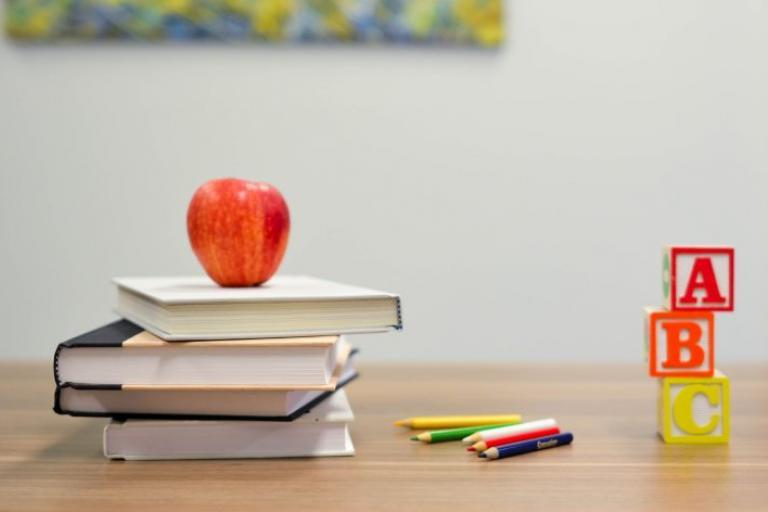 Príspevok na školské potreby: kto má nárok na 100 eur a kedy ho štát vypláca?
